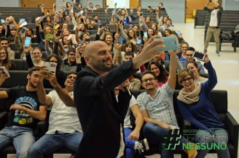 Luca Abete si fa un selfie con gli studenti