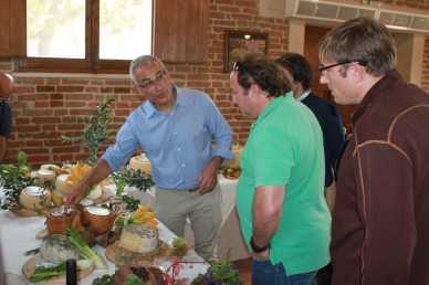 fattoriapiana-carmelo-basile-mostra-prodotti-a-thomas-e-andy-gellert